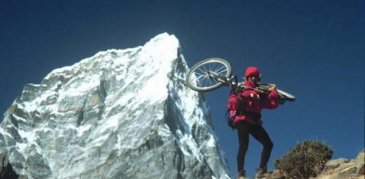 Ο Δημήτρης με φόντο το Ταβέτσε, μια χαρακτηριστική κορυφή του Κούμπου